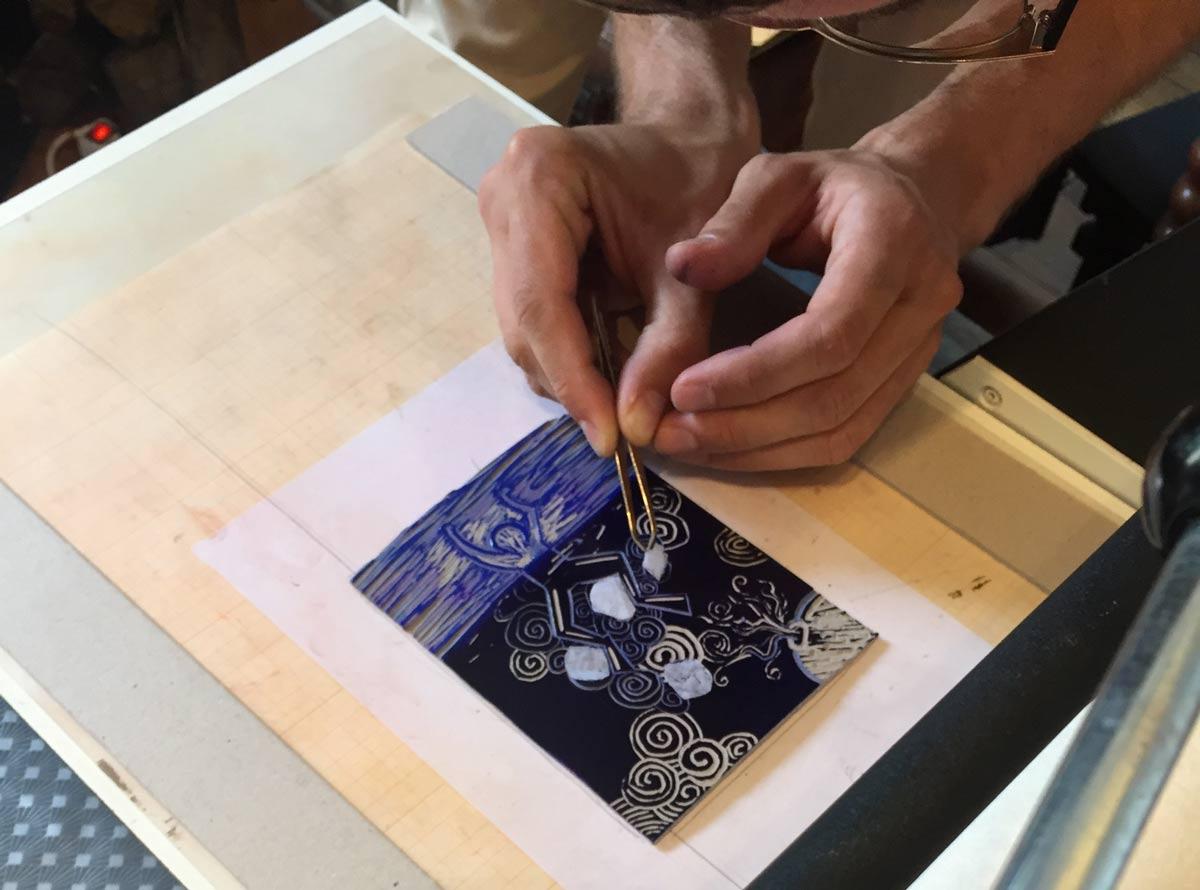 Tirage d'une gravure sur lino avec caches