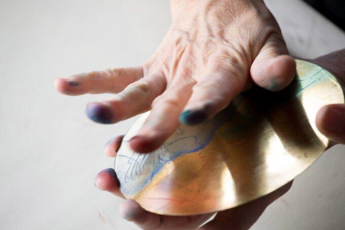 gravure, essuyage plaque de laiton