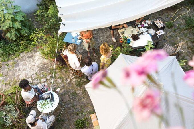 Ateliers de gravure migrateurs, atelier en plein air dans un jardin lors d'un cour