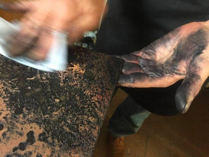 Gravure, l'essuyage d'une plaque mordue à l'eau forte